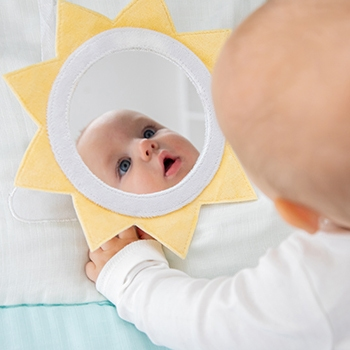 The baby looks in the mirror - Aden and Anais